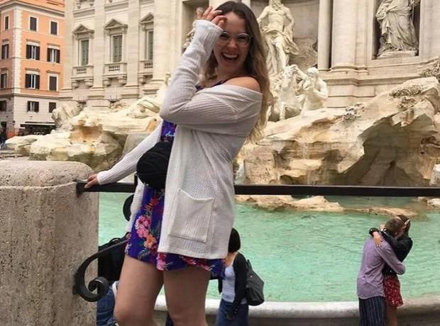Đi du lịch châu Âu bị photobomb, cô gái không tức giận mà còn quyết tìm ra danh tính cặp đôi kia bởi chi tiết đáng yêu này - Ảnh 3.