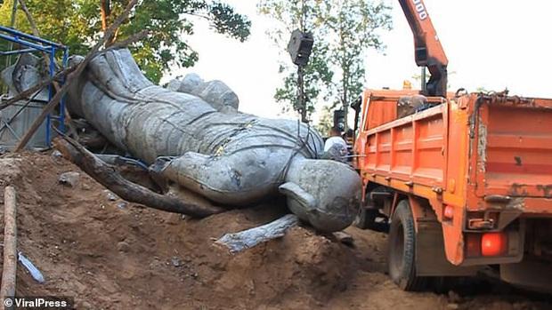 Đi cắt băng khánh thành tượng Phật, trưởng thôn thiệt mạng vì bị pho tượng cao 5m đổ ập xuống người - Ảnh 1.