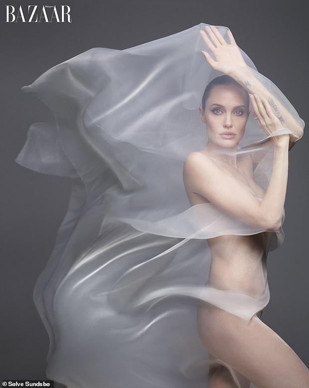 Angelina Jolie khoe body đẹp ná thở với bộ ảnh nude 100% ở tuổi 44, tiết lộ mâu thuẫn với Brad Pitt thuở còn mặn nồng - Ảnh 2.