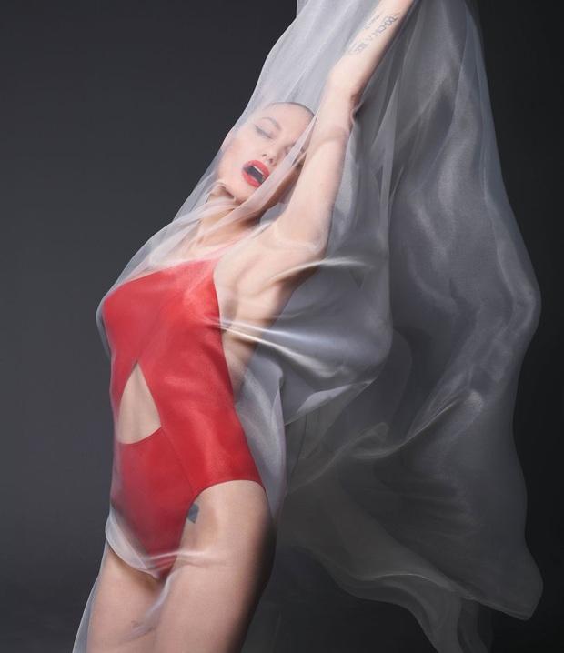 Angelina Jolie khoe body đẹp ná thở với bộ ảnh nude 100% ở tuổi 44, tiết lộ mâu thuẫn với Brad Pitt thuở còn mặn nồng - Ảnh 4.