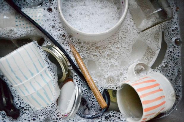 Nhiều người vẫn mắc loạt sai lầm trong khi rửa bát, gây ảnh hưởng không tốt tới sức khỏe - Ảnh 2.
