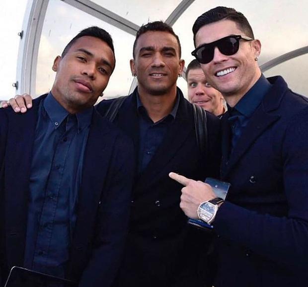 Ronaldo thể hiện thần thái ngút ngàn khi chụp ảnh sương sương nhưng ai ngờ tất cả bị phá hỏng bởi gương mặt khó đỡ của đồng đội - Ảnh 1.