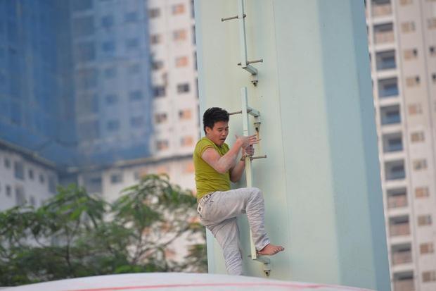 Hà Nội: Nam thanh niên trèo lên cột điện cao thế, tự trèo xuống sau 2 tiếng cố thủ - Ảnh 8.