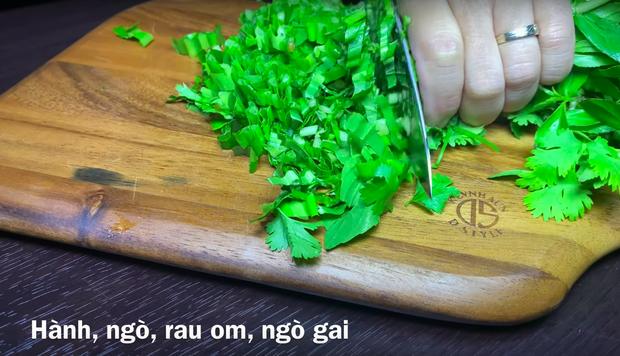 """Dân tình """"chóng cả mặt"""" vì clip làm lòng dồi giữa nước Nhật của Quỳnh Trần JP: Kỹ năng nấu nướng quá đỉnh, còn có… mắm tôm chuẩn vị Việt - Ảnh 7."""