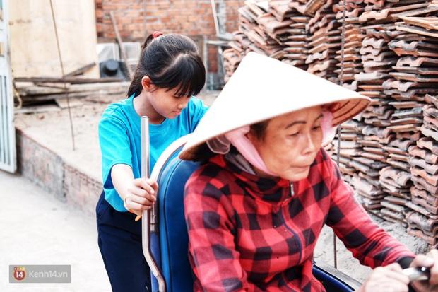 Cô bé 12 tuổi sáng đi học, tối đẩy xe lăn cùng mẹ bán vé số ở Sài Gòn: Con ước được nghỉ bán 1 ngày để ngồi ăn cơm với ba mẹ - Ảnh 1.