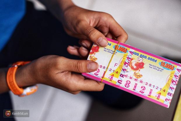 Cô bé 12 tuổi sáng đi học, tối đẩy xe lăn cùng mẹ bán vé số ở Sài Gòn: Con ước được nghỉ bán 1 ngày để ngồi ăn cơm với ba mẹ - Ảnh 6.