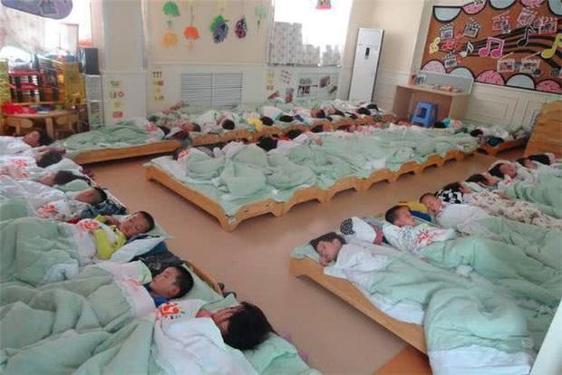 Kiểm tra ảnh ngủ trưa ở trường mẫu giáo, hàng loạt phụ huynh tức tốc đòi đuổi việc cô giáo vì để con trai con gái ngủ chung với nhau - Ảnh 1.