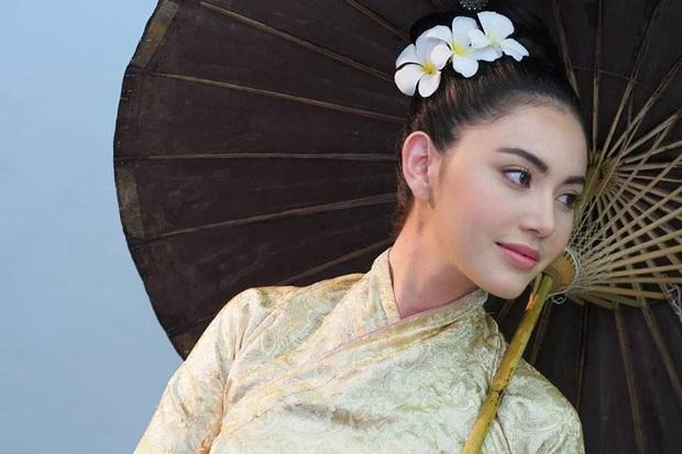 5 mĩ nhân cổ trang đẹp nhất xứ Thái: Bạn gái Sơn Tùng xinh đấy nhưng chưa thần thái bằng nàng thơ Yaya - Ảnh 1.