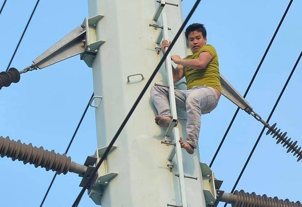Hà Nội: Nam thanh niên trèo lên cột điện cao thế, tự trèo xuống sau 2 tiếng cố thủ - Ảnh 1.
