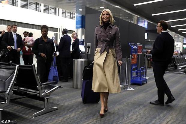 Ái nữ Tổng thống Trump diện set đồ sành điệu hơn 70 triệu đồng, xuất hiện ở sân bay mà tỏa sáng như trên sàn catwalk - Ảnh 2.