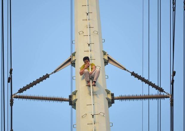 Hà Nội: Nam thanh niên trèo lên cột điện cao thế, tự trèo xuống sau 2 tiếng cố thủ - Ảnh 6.