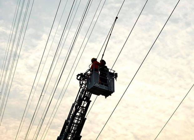 Hà Nội: Nam thanh niên trèo lên cột điện cao thế, tự trèo xuống sau 2 tiếng cố thủ - Ảnh 9.