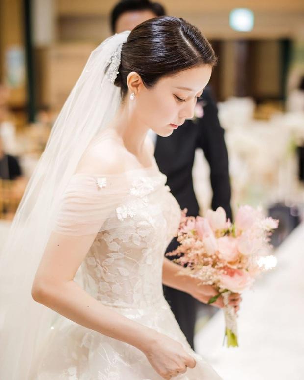 Nhìn Đông Nhi và Đàm Thu Trang mới thấy: Tóc búi xịt keo cầu kỳ đã về vườn, cô dâu ngày nay giờ càng đơn giản càng đẹp - Ảnh 9.