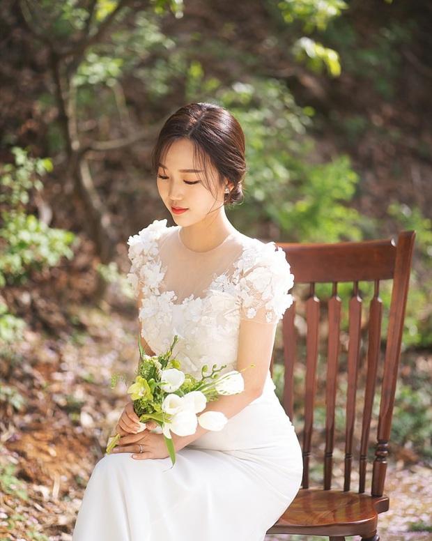 Nhìn Đông Nhi và Đàm Thu Trang mới thấy: Tóc búi xịt keo cầu kỳ đã về vườn, cô dâu ngày nay giờ càng đơn giản càng đẹp - Ảnh 10.