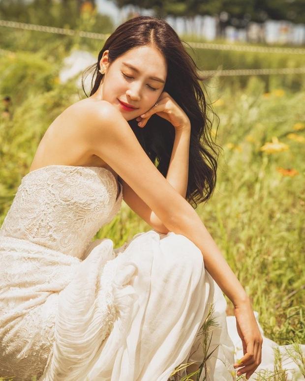 Nhìn Đông Nhi và Đàm Thu Trang mới thấy: Tóc búi xịt keo cầu kỳ đã về vườn, cô dâu ngày nay giờ càng đơn giản càng đẹp - Ảnh 11.