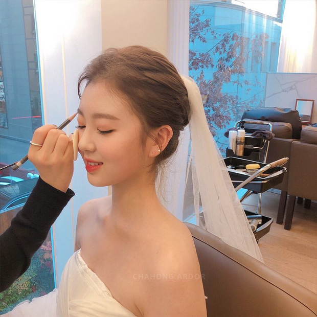 Nhìn Đông Nhi và Đàm Thu Trang mới thấy: Tóc búi xịt keo cầu kỳ đã về vườn, cô dâu ngày nay giờ càng đơn giản càng đẹp - Ảnh 14.
