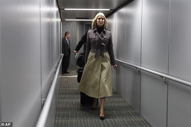 Ái nữ Tổng thống Trump diện set đồ sành điệu hơn 70 triệu đồng, xuất hiện ở sân bay mà tỏa sáng như trên sàn catwalk - Ảnh 3.