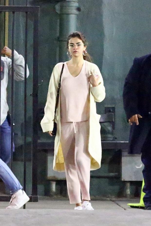 Vào tay Selena Gomez, đồ ngủ bỗng được nâng lên một đẳng cấp mới: Chất chơi và sang chảnh quá mức quy định - Ảnh 3.