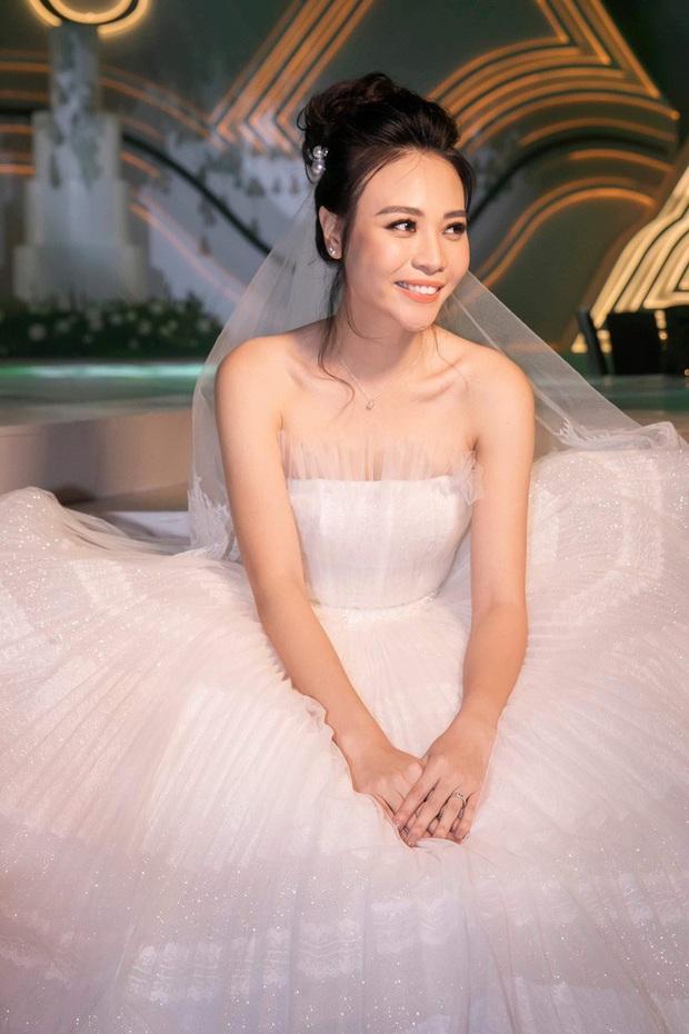 Nhìn Đông Nhi và Đàm Thu Trang mới thấy: Tóc búi xịt keo cầu kỳ đã về vườn, cô dâu ngày nay giờ càng đơn giản càng đẹp - Ảnh 4.