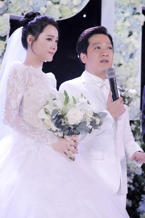 Nhìn Đông Nhi và Đàm Thu Trang mới thấy: Tóc búi xịt keo cầu kỳ đã về vườn, cô dâu ngày nay giờ càng đơn giản càng đẹp - Ảnh 6.