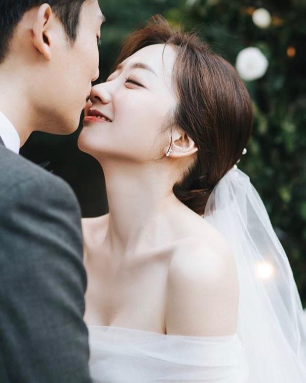 Nhìn Đông Nhi và Đàm Thu Trang mới thấy: Tóc búi xịt keo cầu kỳ đã về vườn, cô dâu ngày nay giờ càng đơn giản càng đẹp - Ảnh 8.