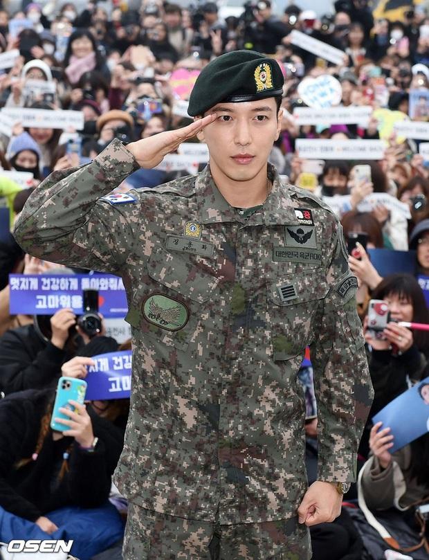 TWICE chính là chân ái của Yonghwa (CNBLUE) và các đồng đội trong quân ngũ, ca khúc của nhóm còn được chọn làm chuông báo thức mỗi ngày - Ảnh 1.