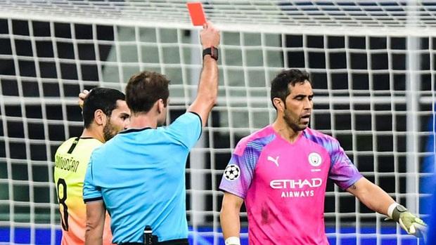 Ngày đen đủi của nhà vô địch nước Anh tại Champions League: Thủ môn số 1 chấn thương, thủ môn thứ 2 vào thay rồi ăn thẻ đỏ - Ảnh 2.