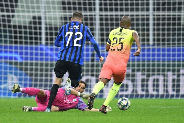 Ngày đen đủi của nhà vô địch nước Anh tại Champions League: Thủ môn số 1 chấn thương, thủ môn thứ 2 vào thay rồi ăn thẻ đỏ - Ảnh 3.