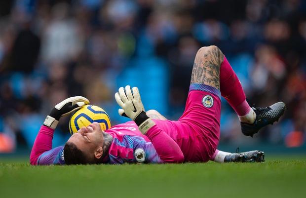 Ngày đen đủi của nhà vô địch nước Anh tại Champions League: Thủ môn số 1 chấn thương, thủ môn thứ 2 vào thay rồi ăn thẻ đỏ - Ảnh 1.