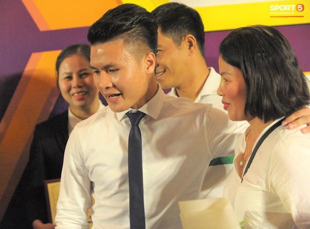 Cảm động hình ảnh Quang Hải vòng tay che chở cho mẹ giữa đám đông khi nhận giải thưởng danh giá nhất V.League 2019 - Ảnh 2.