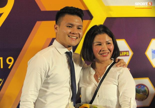 Cảm động hình ảnh Quang Hải vòng tay che chở cho mẹ giữa đám đông khi nhận giải thưởng danh giá nhất V.League 2019 - Ảnh 3.