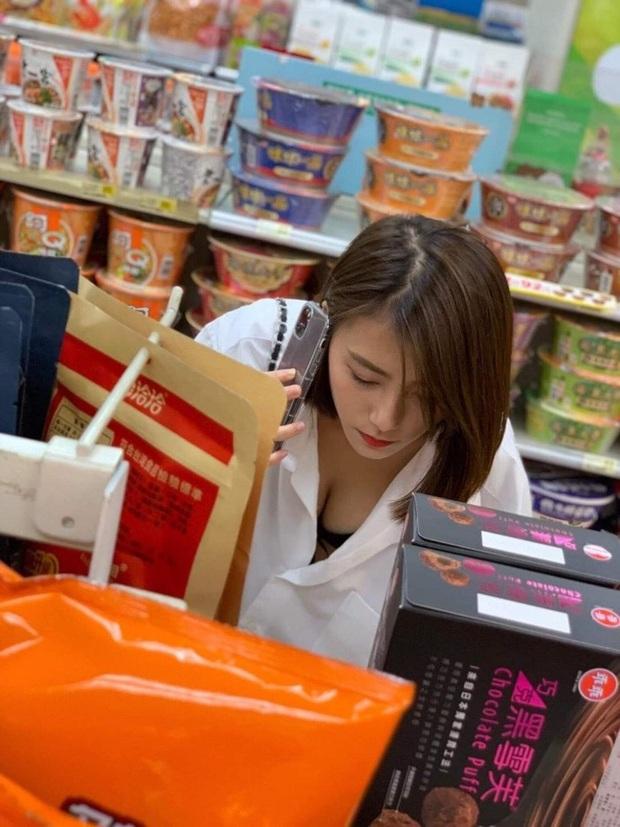 Chỉ một khoảnh khắc cúi người lựa đồ trong siêu thị, girl xinh đã được bao anh chàng nhận vơ là bạn gái - Ảnh 1.