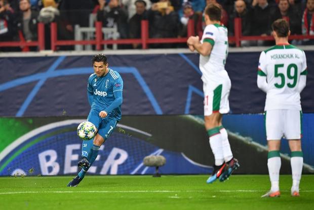 Biểu cảm cực hài hước của Ronaldo khi chứng kiến đồng đội cướp một bàn thắng mười mươi - Ảnh 1.