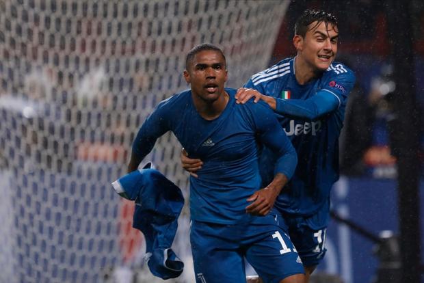 Biểu cảm cực hài hước của Ronaldo khi chứng kiến đồng đội cướp một bàn thắng mười mươi - Ảnh 7.