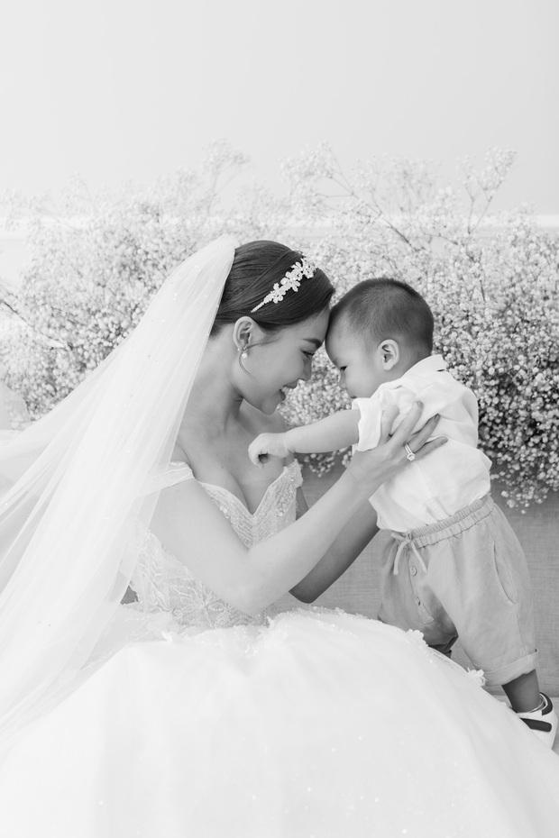 Bộ ảnh cưới trước thềm hôn lễ của Giang Hồng Ngọc: Sánh đôi cực tình cảm bên ông xã, sự xuất hiện của cậu ấm gây chú ý hơn cả! - Ảnh 6.