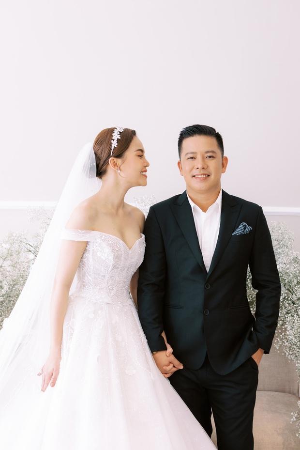 Bộ ảnh cưới trước thềm hôn lễ của Giang Hồng Ngọc: Sánh đôi cực tình cảm bên ông xã, sự xuất hiện của cậu ấm gây chú ý hơn cả! - Ảnh 8.