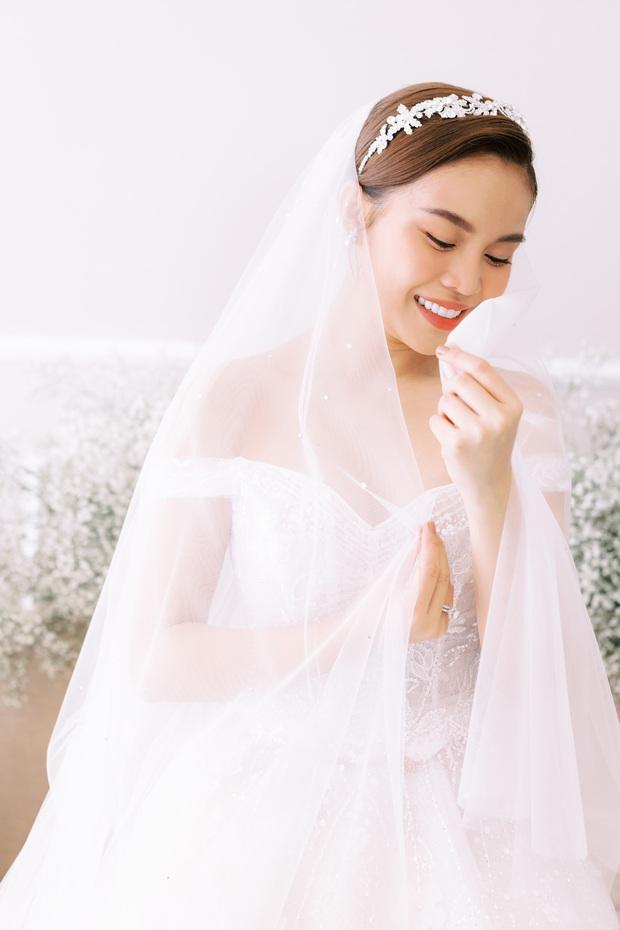 Bộ ảnh cưới trước thềm hôn lễ của Giang Hồng Ngọc: Sánh đôi cực tình cảm bên ông xã, sự xuất hiện của cậu ấm gây chú ý hơn cả! - Ảnh 3.