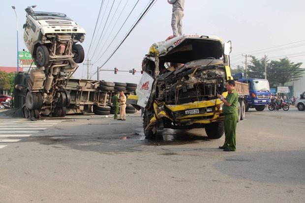 Clip: Kinh hoàng khoảnh khắc xe tải tông xe ben chổng ngược lên trời khiến 2 người bị thương nặng mắc kẹt trong cabin - Ảnh 2.