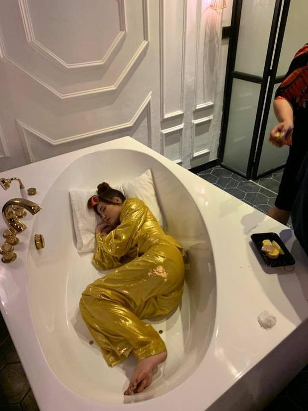 Ninh Dương Lan Ngọc mặc nguyên cây vàng, ngủ cuộn tôm trong hậu trường quay MV chuẩn bị comeback - Ảnh 3.