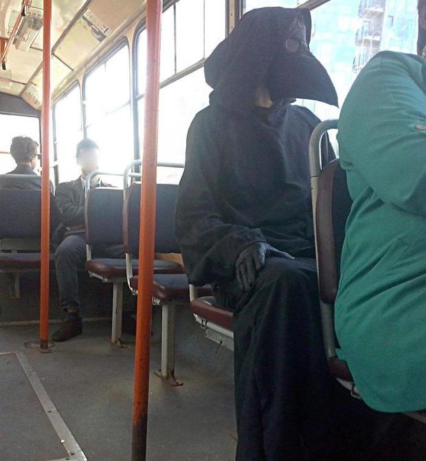 Quỳ cả hai chân với những kì nhân dị sĩ xuất hiện trên phương tiện công cộng khắp bốn phương trời - Ảnh 1.