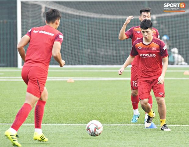 Đình Trọng cao hứng trêu chọc đồng đội, cười nắc nẻ ngay trước mặt thầy Park trong ngày đầu tiên tập luyện cùng U22 Việt Nam - Ảnh 2.