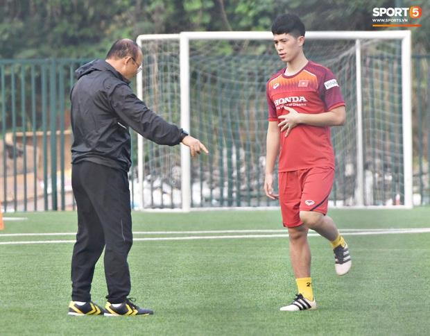 Đình Trọng cao hứng trêu chọc đồng đội, cười nắc nẻ ngay trước mặt thầy Park trong ngày đầu tiên tập luyện cùng U22 Việt Nam - Ảnh 1.