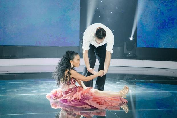 Đoan Trang khiến chồng Tây lo lắng, liên tục ôm hôn khi vấp ngã trên sân khấu - Ảnh 3.