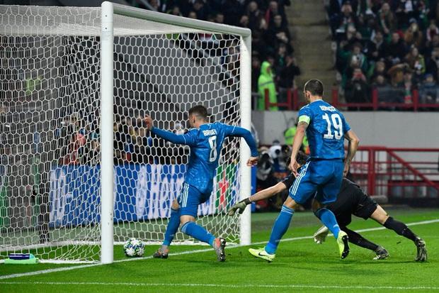 Biểu cảm cực hài hước của Ronaldo khi chứng kiến đồng đội cướp một bàn thắng mười mươi - Ảnh 2.