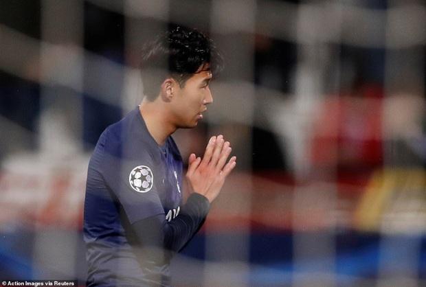 Khoảnh khắc xúc động: Son Heung-min từ chối ăn mừng sau khi ghi bàn, chắp tay và cúi đầu xin lỗi cầu thủ bị anh làm gãy chân - Ảnh 2.