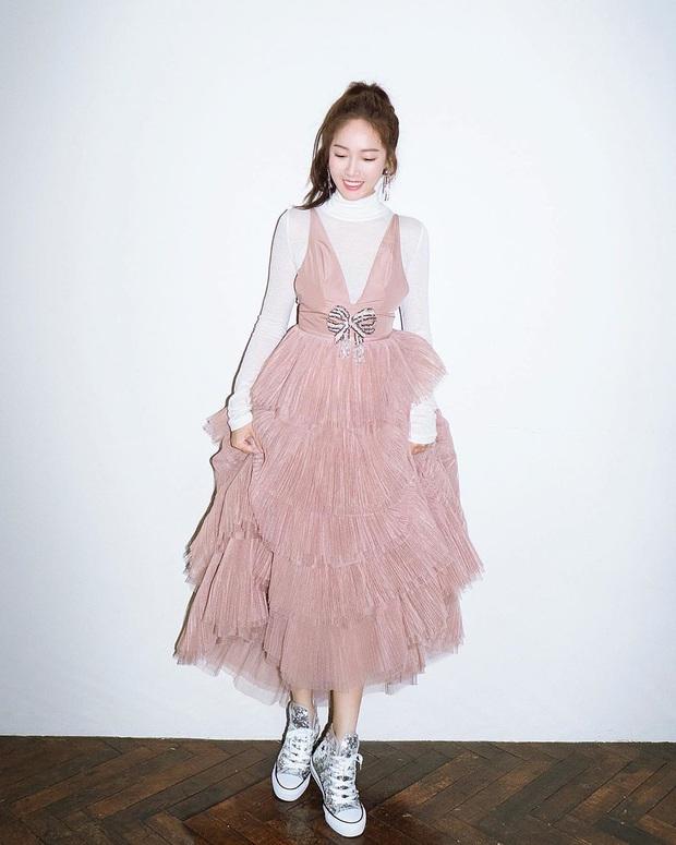 Bị đồn không ưa nhau, Taeyeon và Jessica lại dính duyên nợ vì một mẫu váy: Người sang chảnh, người cá tính nhưng ai đẳng cấp hơn? - Ảnh 2.