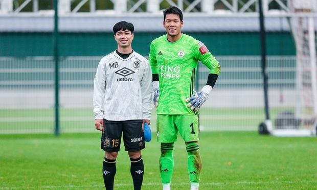Lâm Tây (thủ môn tuyển Việt Nam) chúc mừng thủ môn Thái Lan sau khi đi vào lịch sử ở Nhật Bản - Ảnh 4.