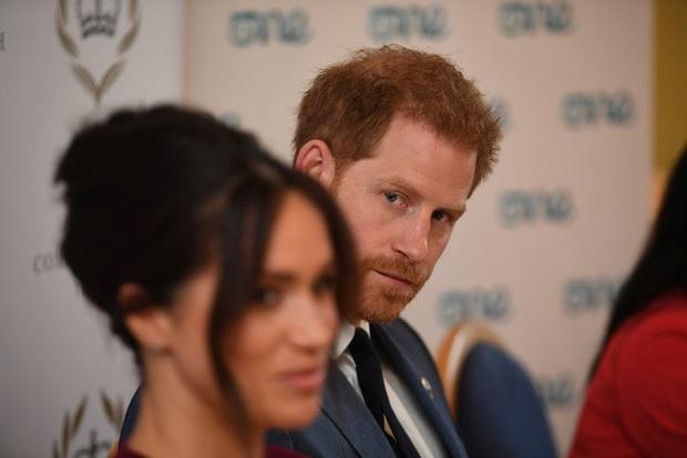 Meghan Markle bị cáo buộc lợi dụng chồng để đối phó với sự soi mói của truyền thông và chống lại Hoàng gia Anh - Ảnh 1.