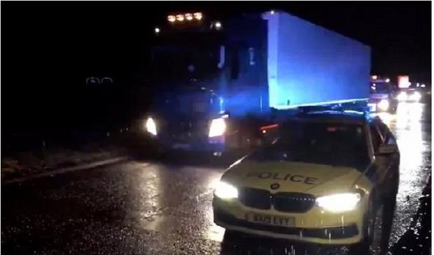 Cảnh sát Anh lại phát hiện xe tải chở 15 người nhập cư bất hợp pháp - Ảnh 1.