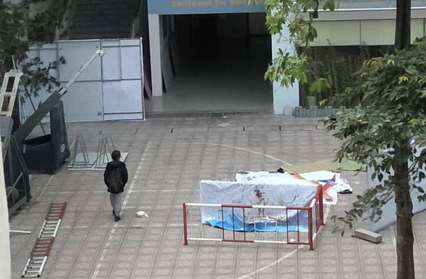 Hà Nội: Sinh viên ĐH Kiến Trúc nhảy lầu tử vong, rơi trúng sinh viên khác khiến người này nguy kịch - Ảnh 1.